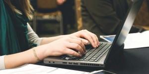 Gambar orang mengetik di laptop