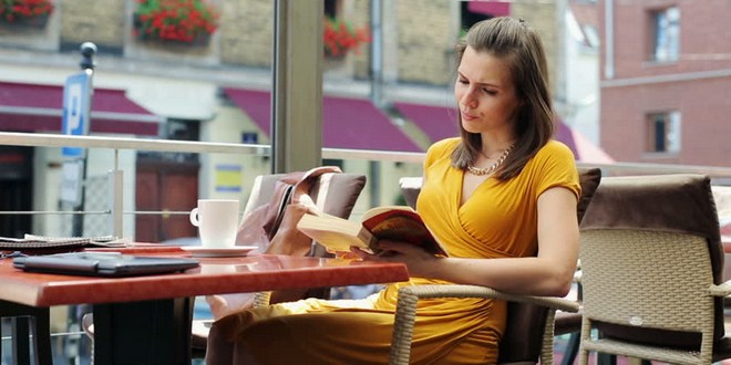 Membaca buku untuk mengatasi kesepian