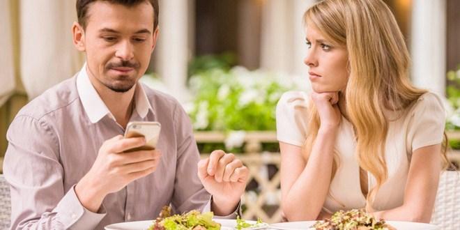 Ilustrasi suami sibuk dengan ponselnya