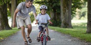 Mengajarkan bersepeda pada anak laki-laki