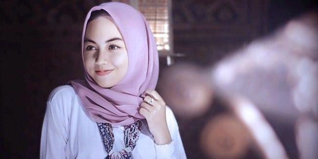Menggunakan aksesoris hijab agar trendi