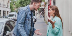 Ilustrasi menghilangkan sifat posesif pasangan