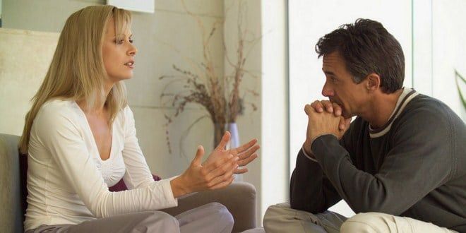 Ilustrasi suami mendengarkan istri