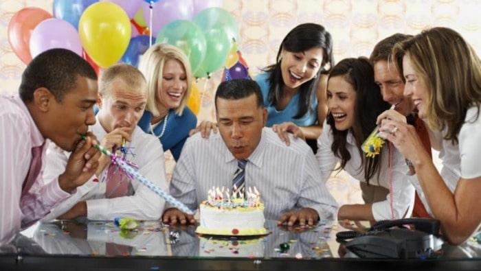memberi selamat ulang tahun pada bos